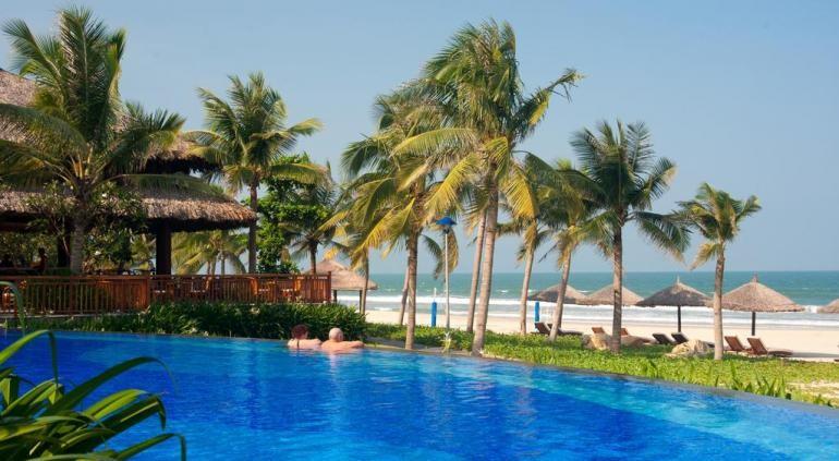 Издали, Vinpearl Премиум Дананг напоминает русалку, опираясь спиной на величественные Мраморные горы, с ее шелковистой длинные волосы опустил много, как сверкающий песок полосы, что линии этот роскошный назначения. Это пышные Отель состоит из 200 роскошных номеров с удобствами, которые требуют ее звездочный стандарт 5 +. Source: http://www.hotels-in-vietnam.com/asia/vietnam/hotels_danang/vinpearl-premium-resort-danang.html