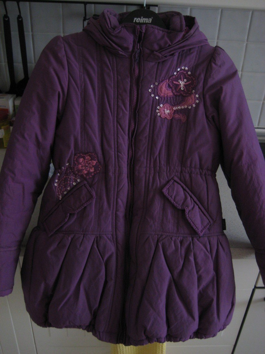 Дизайнерская куртка Pampolina (Германия) для девочки р.134, на молнии с капюшоном, приятного фиолетового цвета (на фото выглядит ярче из-за вспышки), кулиска регулируется в поясе изнутри.  Верхняя ткань с водоотталкивающей пропиткой, внутри флис, украшена вышивкой, длина по спинке - 66см.  Носили 3 месяца, в идеальном состоянии. Цена 2800 руб.