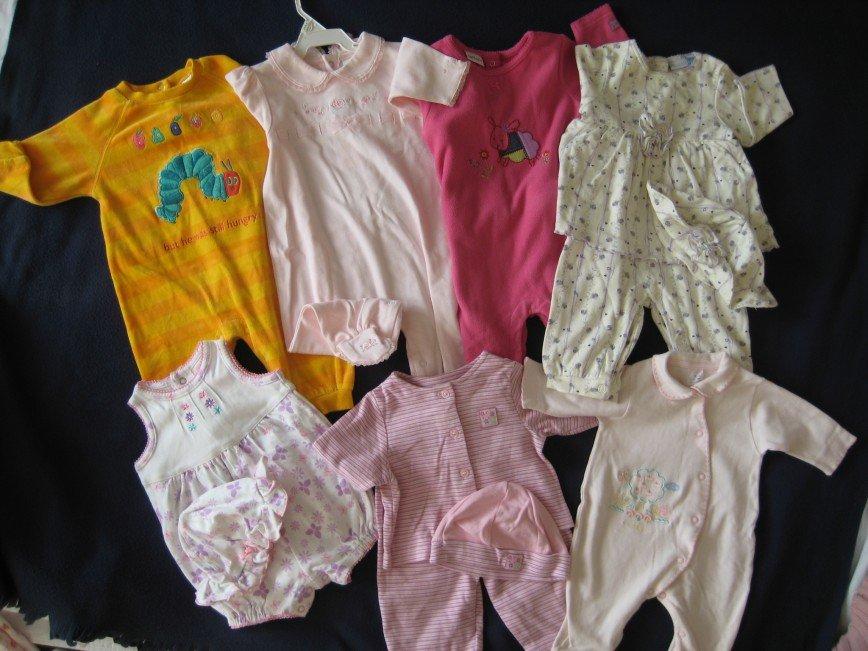 Пакет одежды для девочки от 0 до 2 лет в идеальном состоянии. На 1—2 фото американские вещи, есть новые. Фото1: Боди Vitamins baby, Nannette, Carter's с ножками и без, в комплекте с цепочкой. 7шт. Фото2: Костюм с майкой Vitamins Kids, платье Guess с шортами, боди 6шт.(0—6м.), легинсы с закрытыми ножками 3шт.(0—6м.) 15шт. Фото3: Ползунки с ножками 3—6м., 56—68. 8шт. Фото4: Боди 7шт.(62—68), майки с защитой от ноготков 8шт.(56—62), майка, шорты. 17шт .