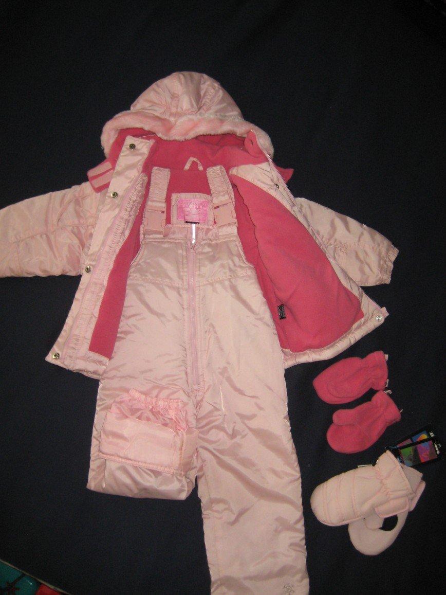Розовый комплект американской фирмы Oshkosh, маркировка 2Т, куртка на флисе, полукомбез внутри на резинке, материал protection system, флисовые варежки + непромокаемые варежки Swany. Цена 1800 руб.