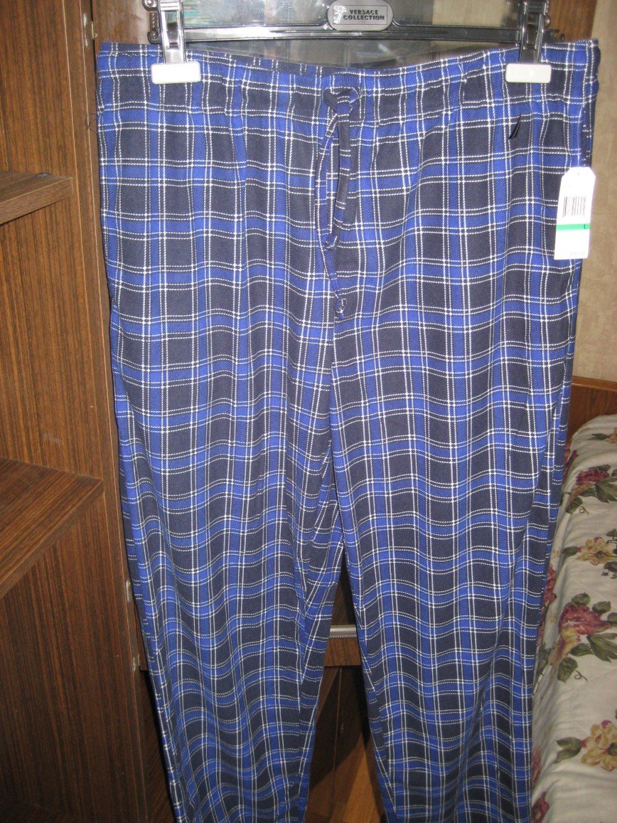 Новые брюки Nautika для дома или для сна, р.48-50, в клетку. очень мягкие, приятные к телу, на поясе утяжка, привезены из USA. Цена 1200 руб.   Есть 2 пары таких же брюк для мужчины.