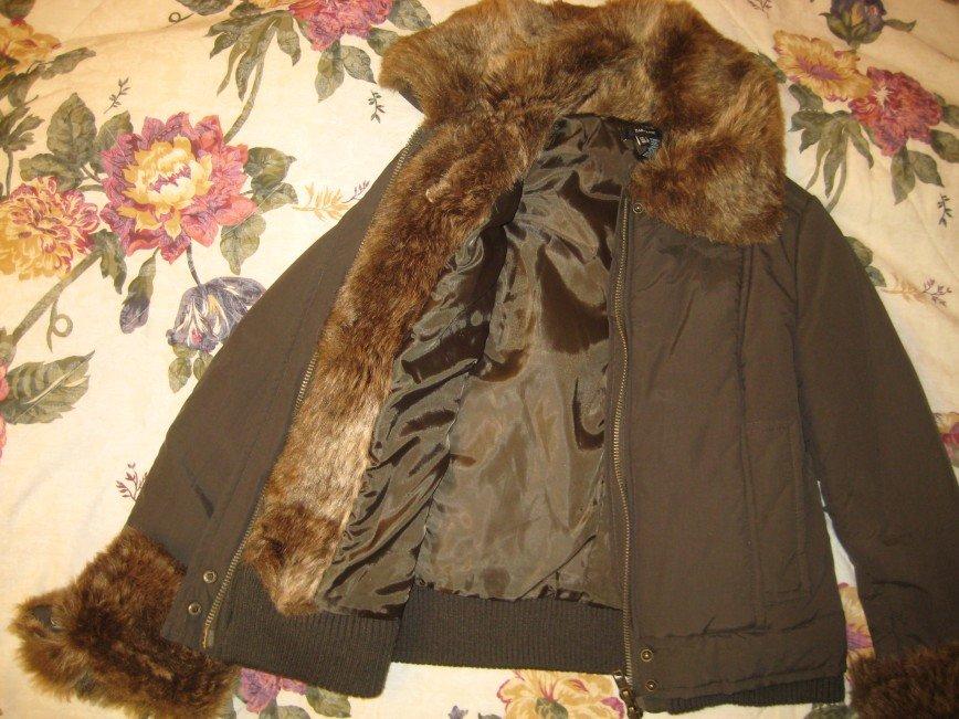 Укороченная куртка Zara, размер 44-46, т.оливкового цвета, с меховой отделкой ворота и рукава, немного утеплена, двойная молния, 2 кармана, одевала несколько раз, состояние отличное, длина по спине 55см. Цена 1700 руб.