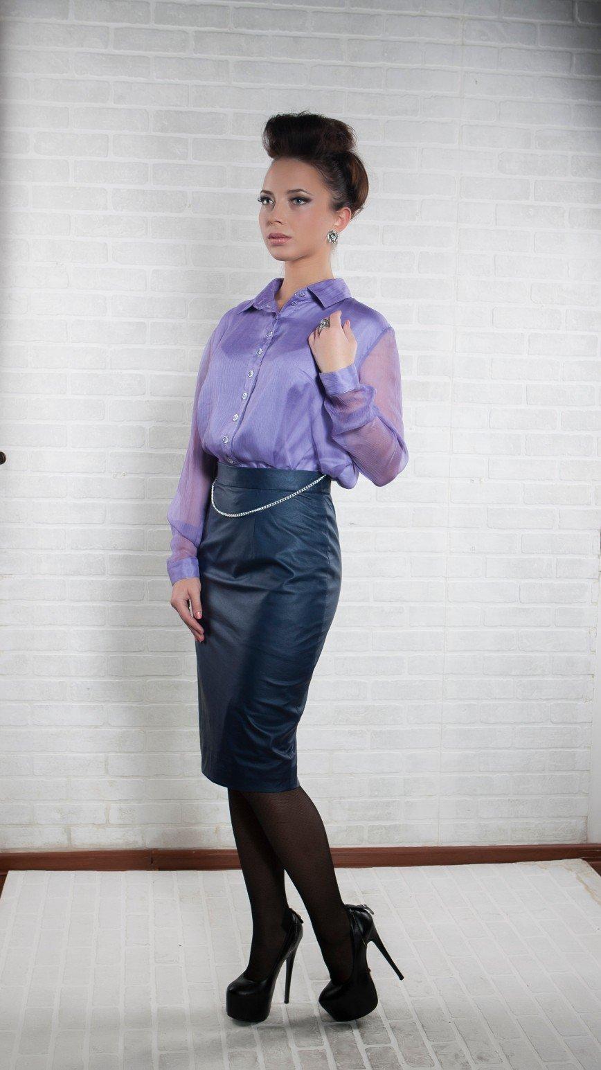 """Автор: sashunichka, Фотозал: Я - самая красивая, Оригинальная шёлковая блузка """"Сирень"""" -торжественная, стильная и в то же время очень милая. Отлично сочетается с классическими юбкой или брюками, а так же юбкой из эко кожи, как на фото. В таком наряде Вы всегда будете на высоте! Цена 3350 р. тел. 84955324204"""