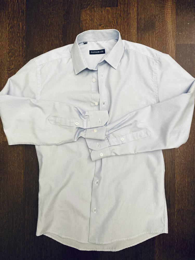 Рубашка на подростка, белая в светлую синюю линейку, состояние хорошее, 200 руб/шт 4 штуки за 800 руб, плюс бесплатно рубашка в красную клетку с небольшой дырочкой.