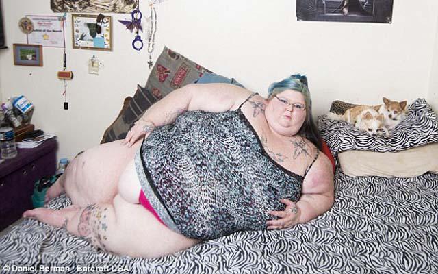 Секс с толстушку ебут огромным хуем поясе было