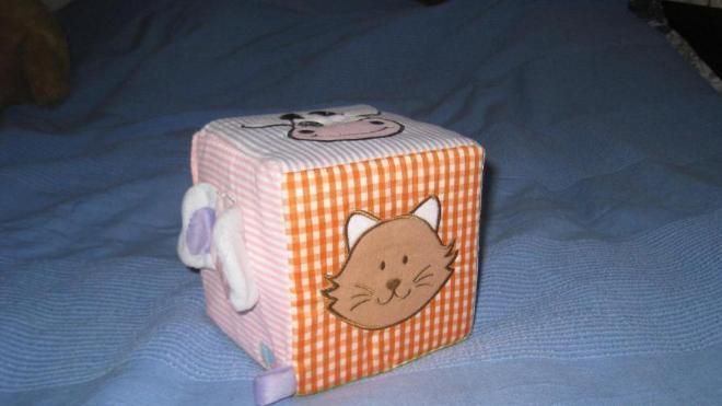 мягкий музыкальный кубик, новый (без упаковки). при переворачивании издает звуки животных, изображенных на нем