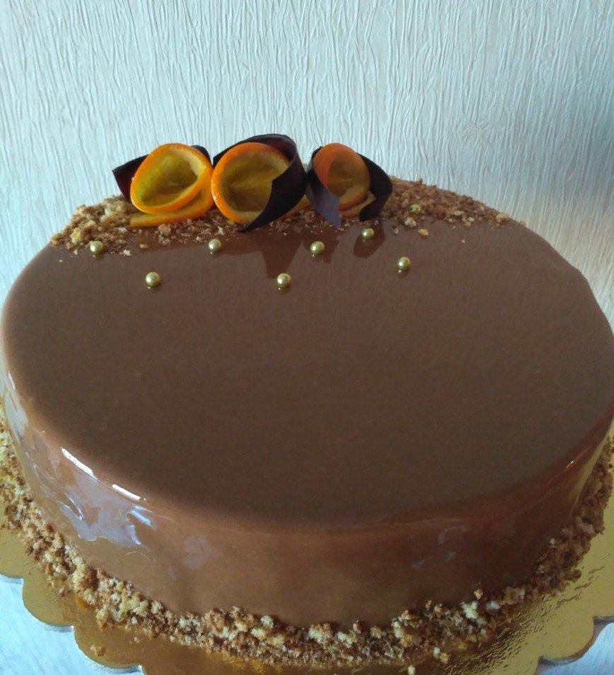 Муссовый торт йогурт апельсин с карамельно - шоколадной зеркальной глазурью.