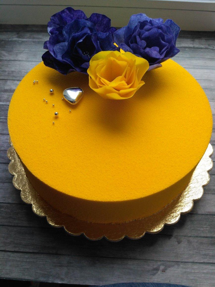 Муссовый чернично - лавандовый торт, декор - вафельные цветы.