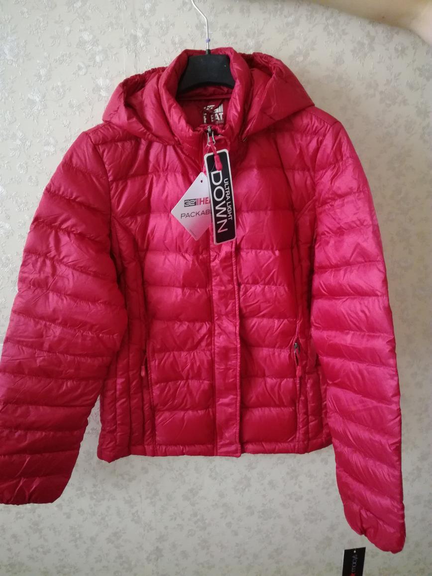 Новая куртка Macy's р.158, привезена из USA(120$), цвет — carmin, наполнитель — ultra light down, длина по спинке 63—64см.В подарок отдам перчатки. ПРОДАНА.