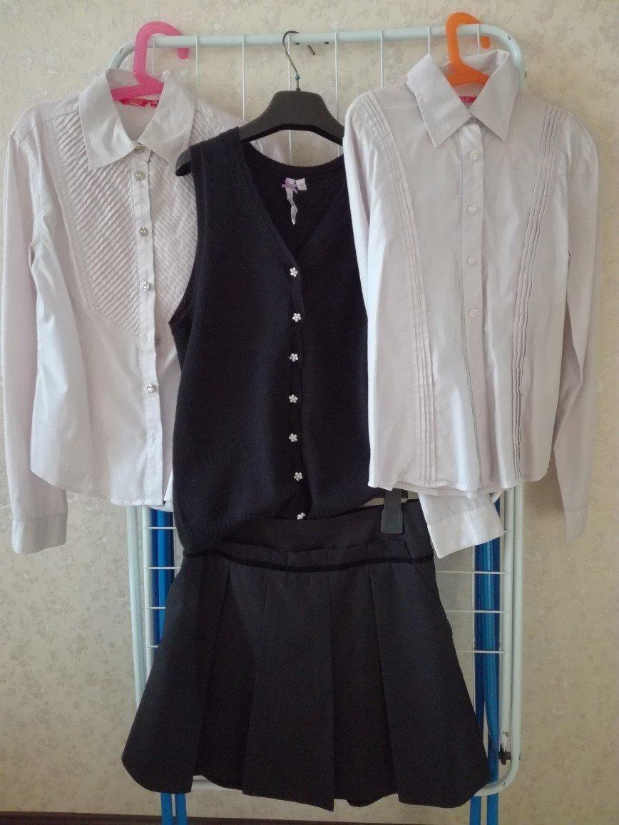 Школьная форма для девочки р.140-146: - Сарафан т.синего цвета - 3 бледно-розовые блузки M&D с длинным рукавом - Белая нарядная блузка - Черная юбка с карманами Silver Spoon(на поясе регулируется) - Черная жилетка Silver Spoon Цена за весь комплект 3000 руб.
