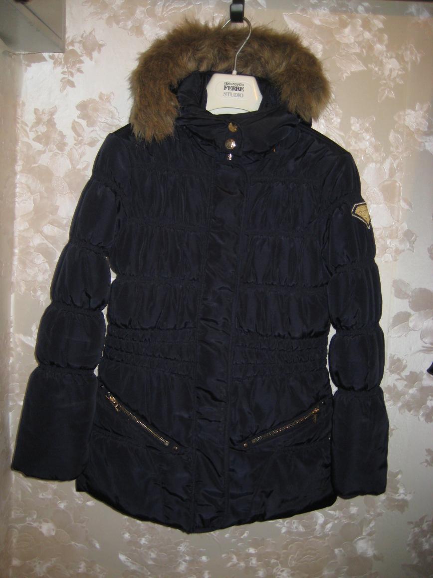 Куртка SevenOneSeven на девочку р.146-152, темно-синего цвета с приятным отливом, застегивается на молнию/кнопки, капюшон с мехом (прикреплен пуговицами, при стирке легко снимается), 2 кармана на молнии, внутри х/б подкладка. Длина куртки - 67см. Носили 3 месяца, состояние новой вещи. Цена 3000 руб. (покупали в ХЦ за 7900)