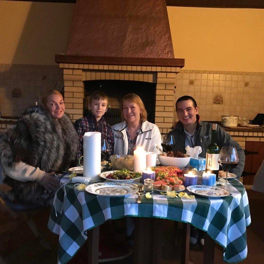 Анастасия Волочкова приютила семью из Таджикистана