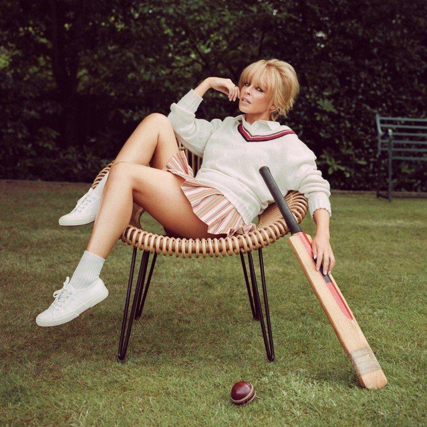 Сексуальная Кайли Миноуг играет в крикет