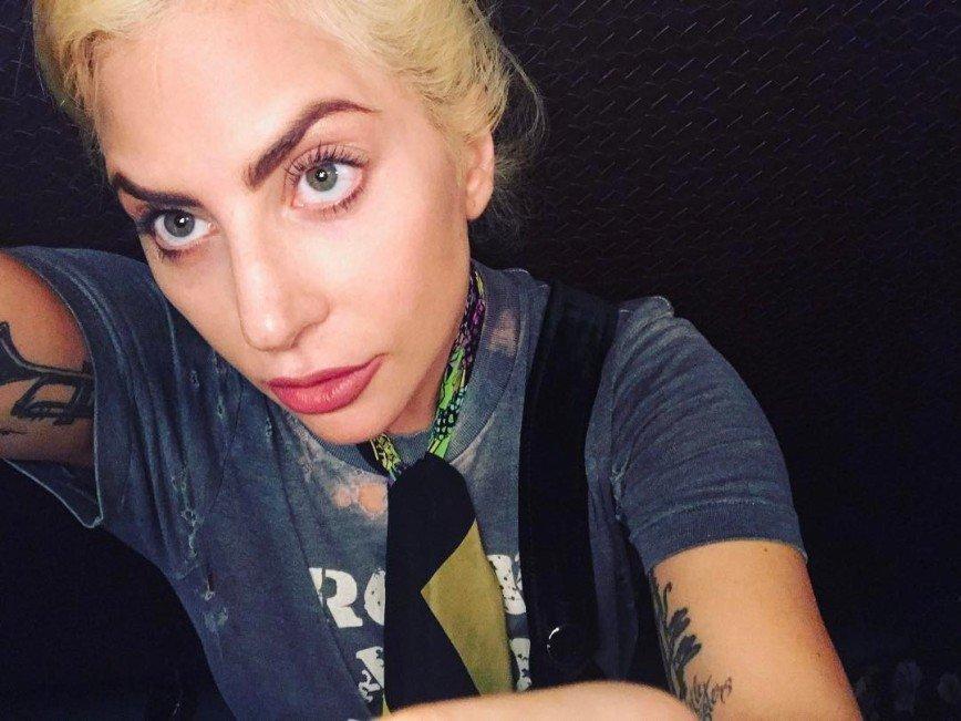 Леди Гага попала в больницу из-за сильных болей в бедре