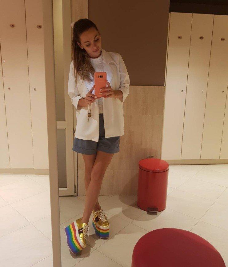 Анна Хилькевич вновь надела свои ужасные ботинки на цветной платформе