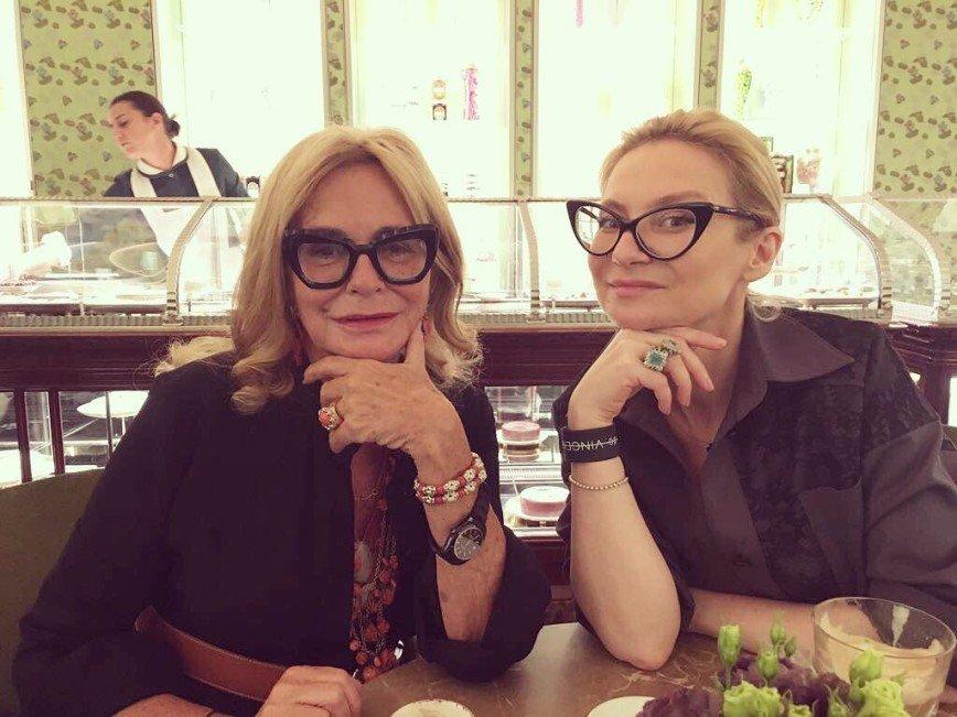 «Очки снимать не хочу»: Эвелина Хромченко ответила на вопросы о зрении
