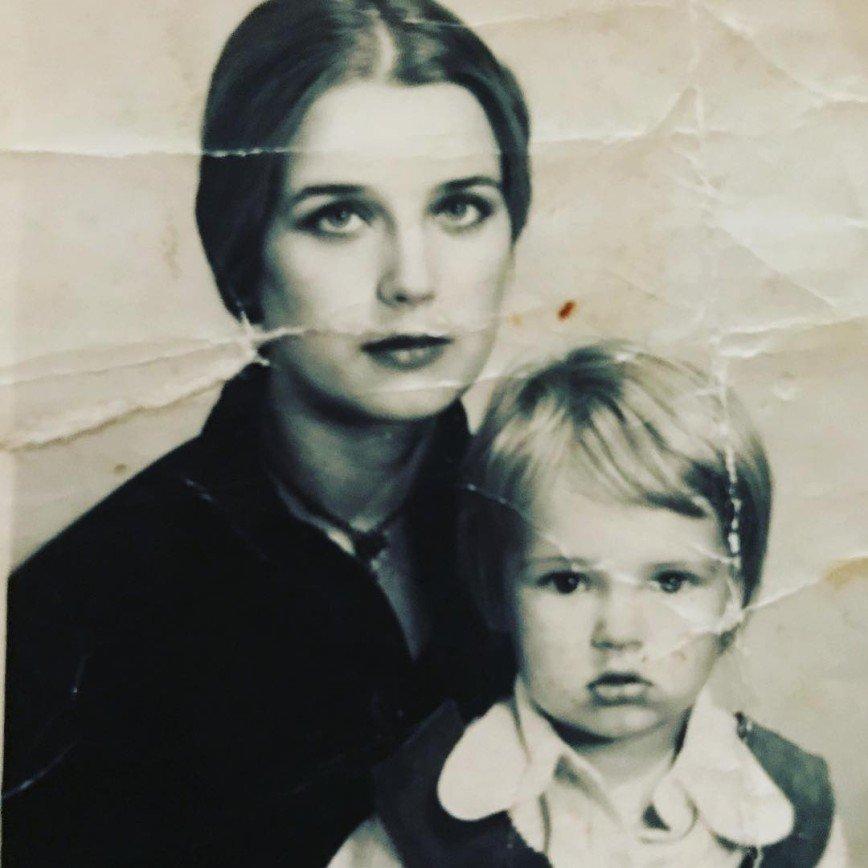 Ксения Алферова с опозданием поздравила маму