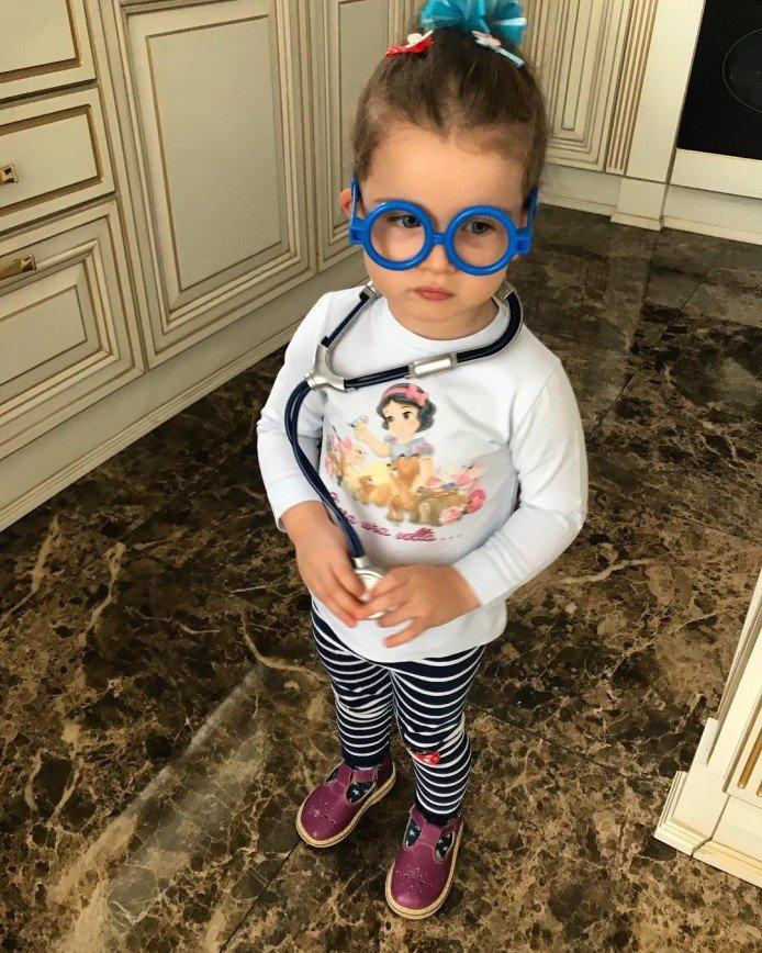 «Бедное животное»: дочь Ксении Бородиной поиграла с домашним кроликом