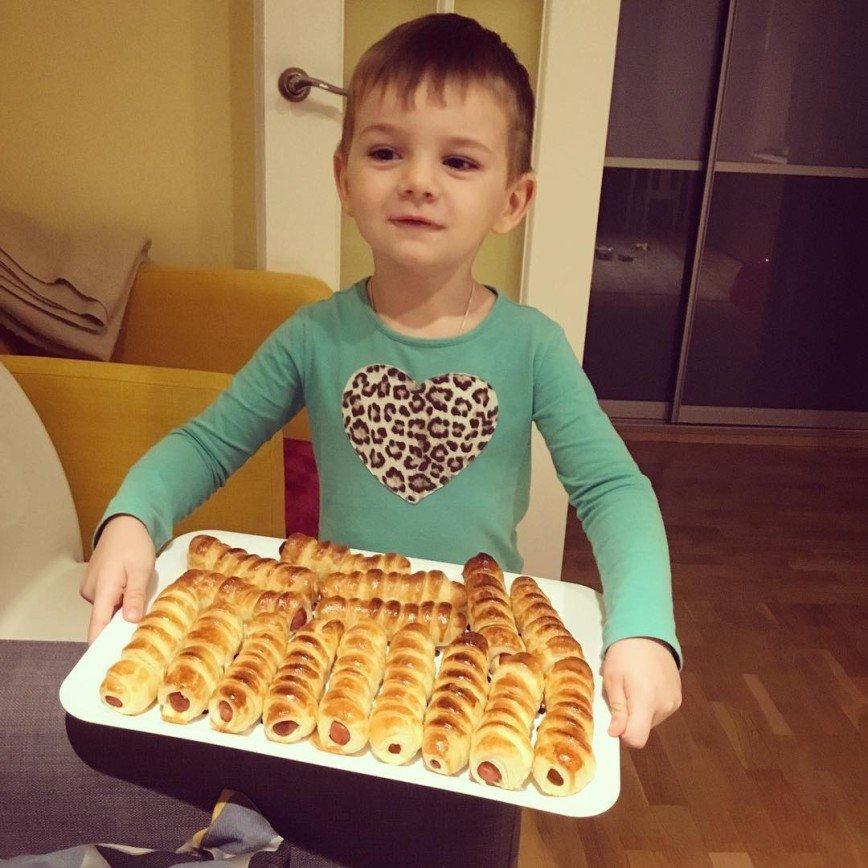 «Обожаю сосиски в тесте»: Екатерина Вилкова показала «перекус» у бабушки
