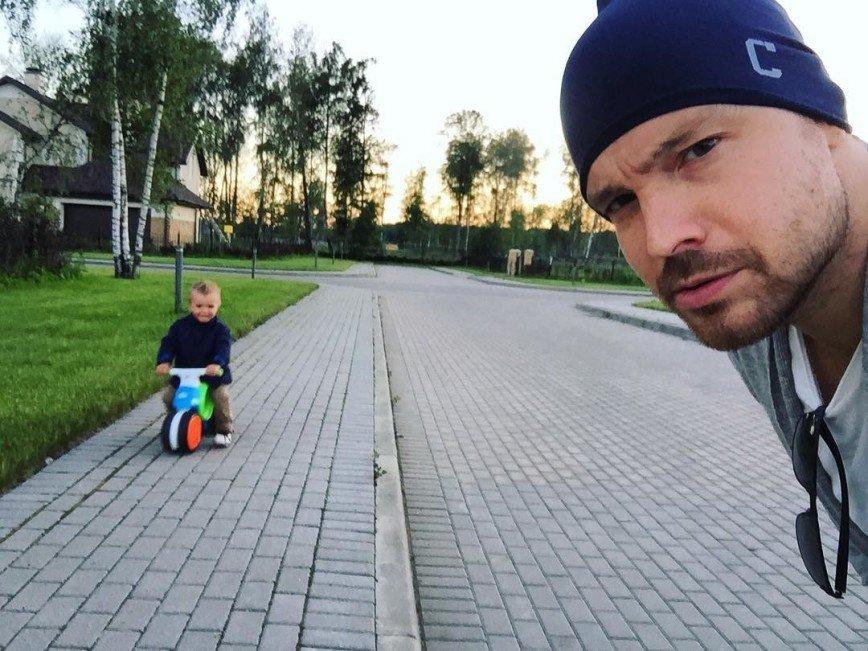 «Это секрет?»: Алексей Чадов не признался, где отдыхает с сыном
