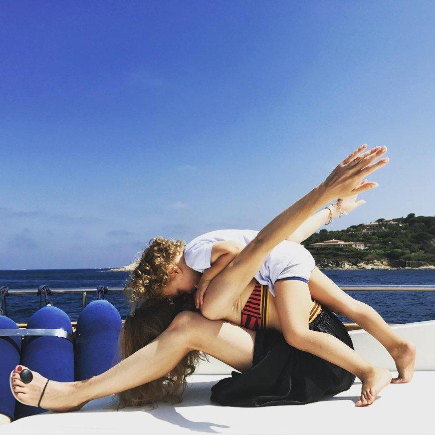 Наталья Водянова для идеальной растяжки использует сына