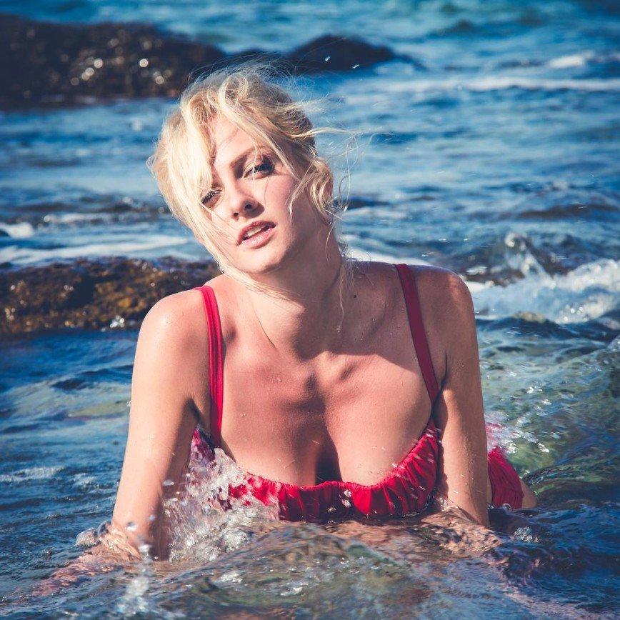 28-летняя Полина Максимова искупала свои груди