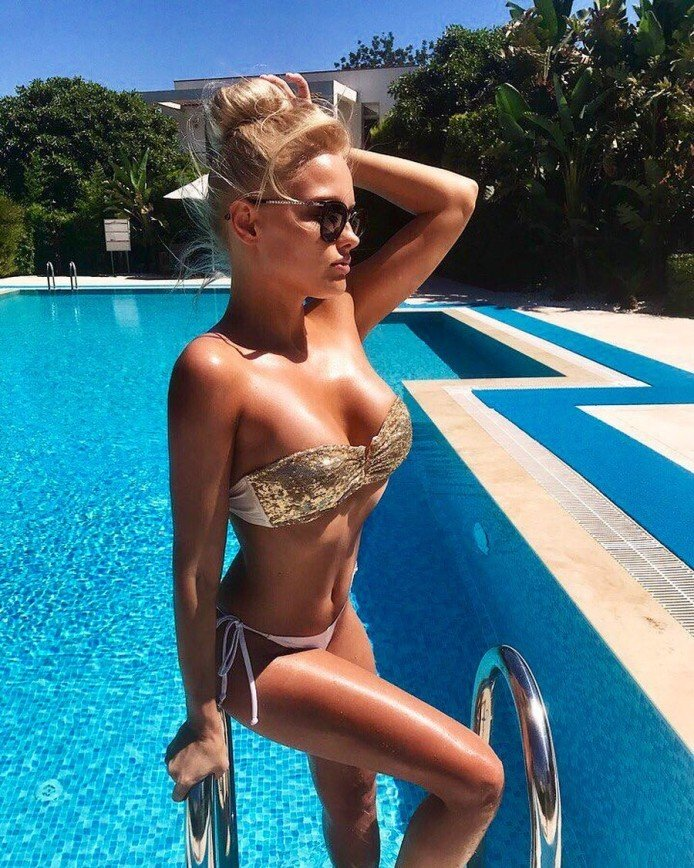 """""""Ходячий секс"""": модель из Белорусии выложила свои фотографии в купальниках"""