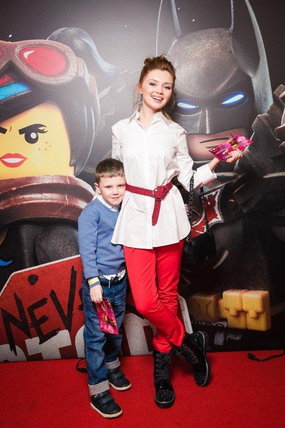 Редкий выход: Юлия Снигирь и Евгений Цыганов с детьми появились на премьере мультфильма