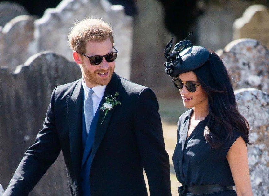 Принц Гарри пришел на свадьбу друга в дырявых ботинках
