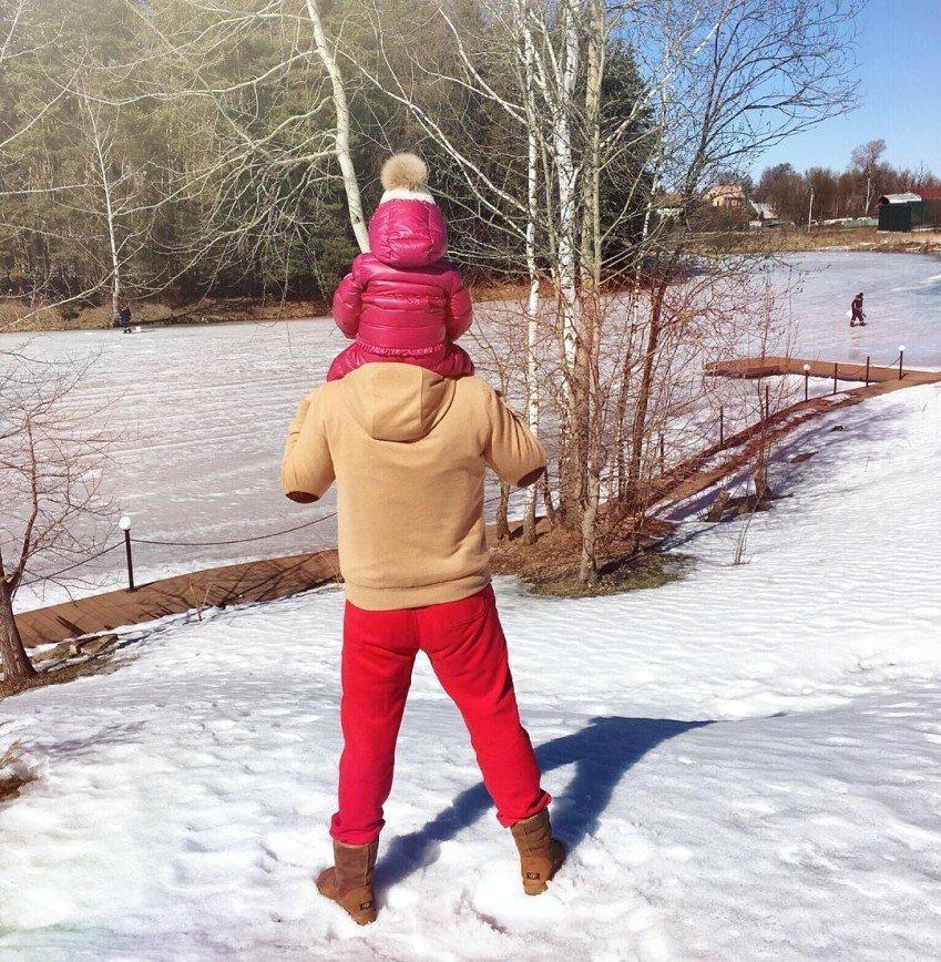 """""""Красные революционные шаровары"""": Татьяна Навка показала фото мужа в знаменитых штанах"""