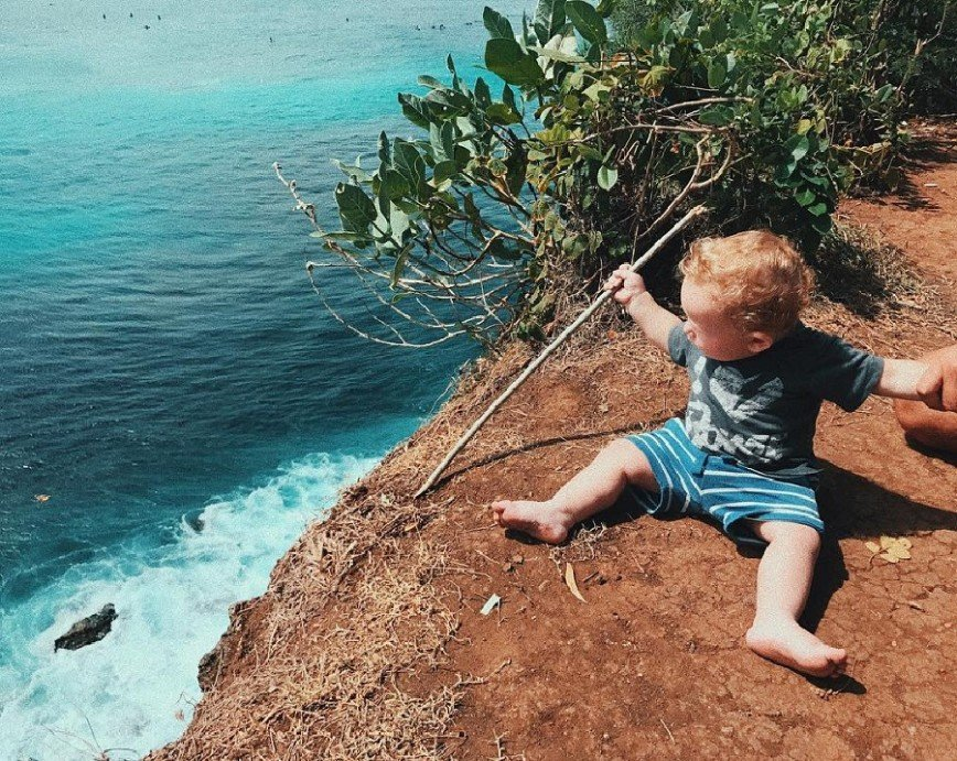 Все ради фото: Айза Анохина сажает сына на обрыв