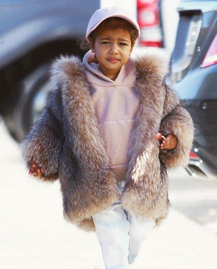 Ким Кардашьян одевает дочь в скальпы животных
