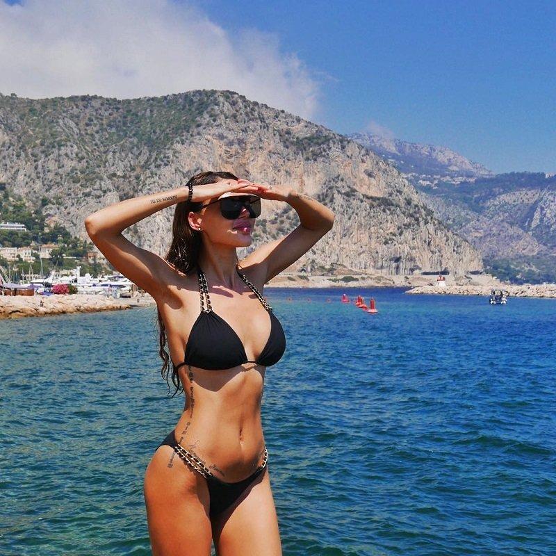 Оксана Самойлова втягивает живот для идеального фото