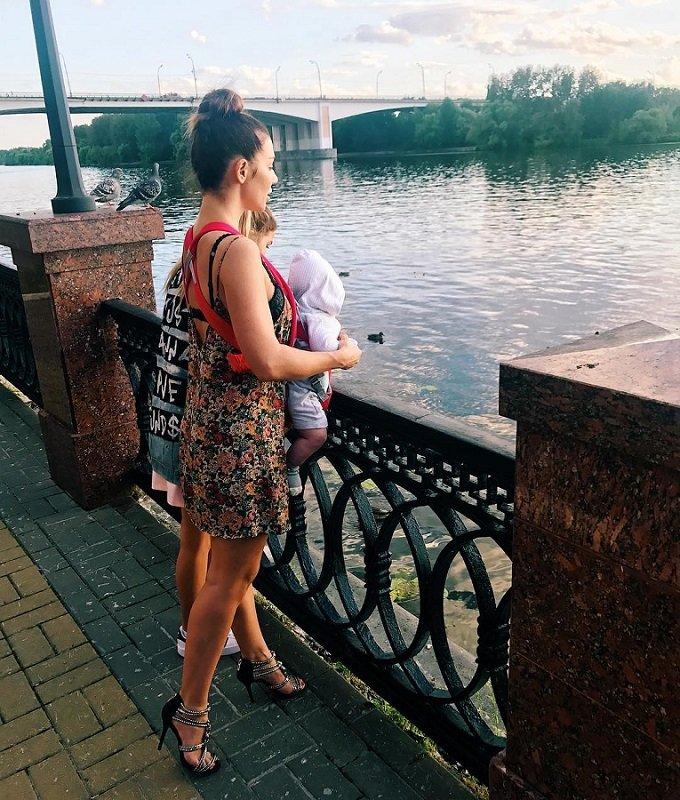 Анна Седокова уверяет,  что часами гуляет с детьми на шпильках