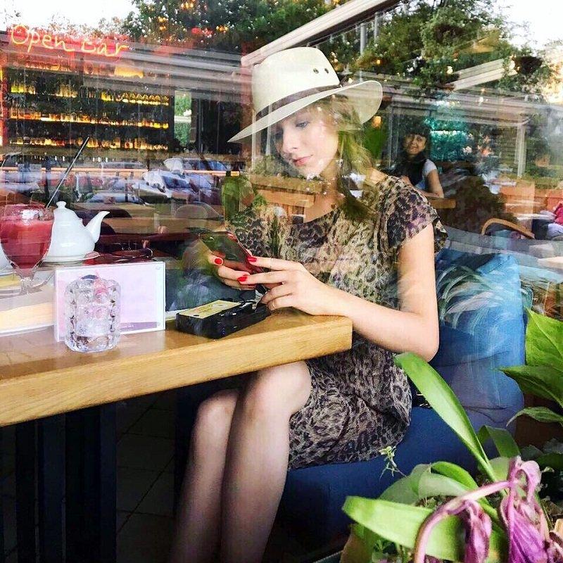 Кто фотографирует одинокую Лизу Арзамасову