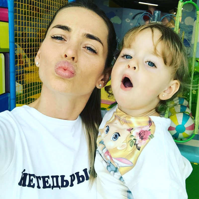Анна Хилькевич учит дочь делать губы уточкой