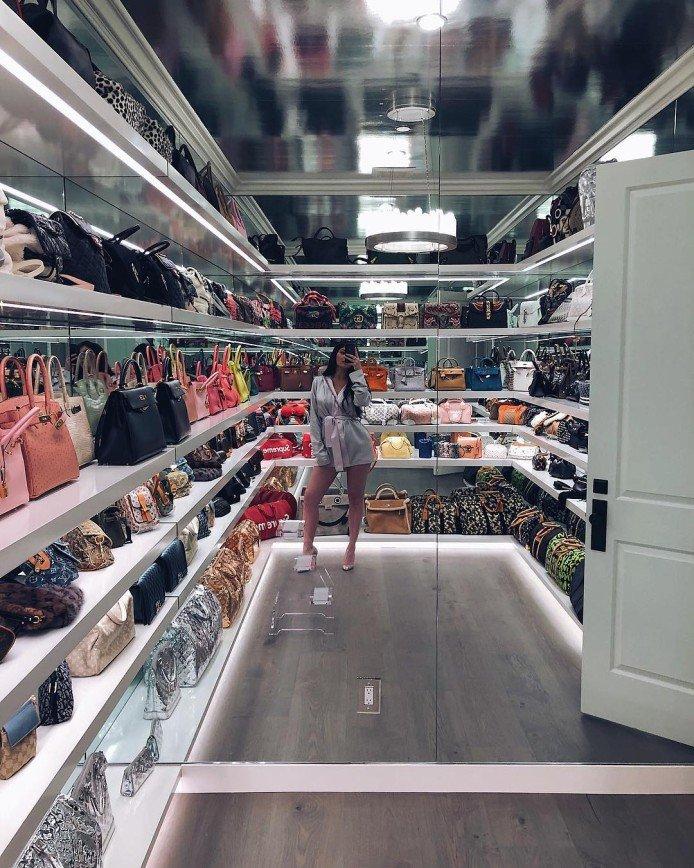 """""""Я думала, это магазин"""": Кайли Дженнер показала огромную гардеробную для сумок"""
