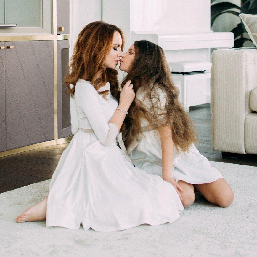 """""""Этот поцелуй выглядит странно"""": поклонники обсуждают фото МакSим с дочерью"""