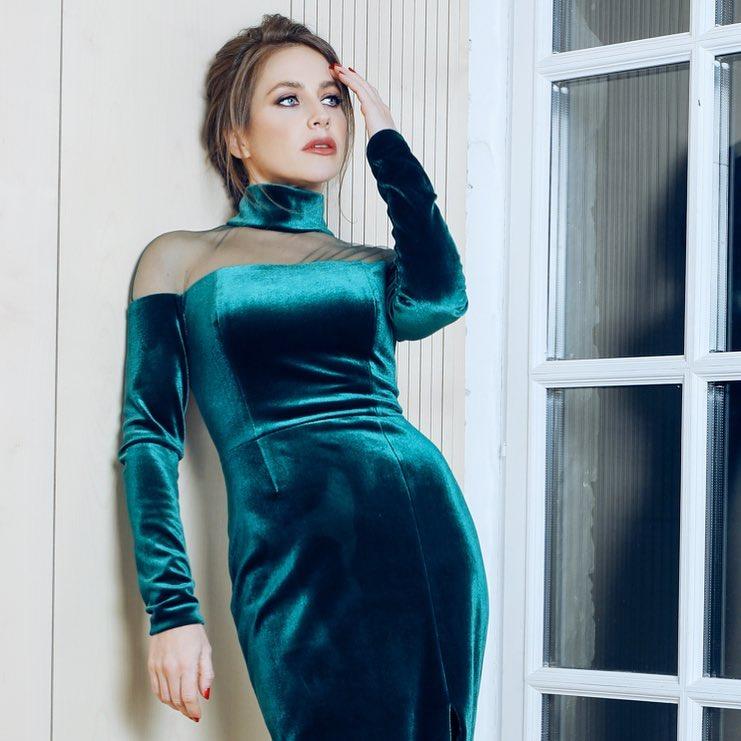 """""""Где ее шея?"""": Юлия Барановская промахнулась с нарядом на кинопремьере"""