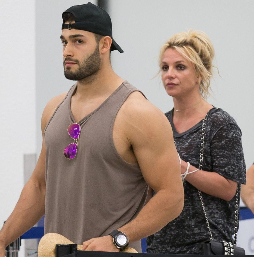 """""""Как Алла и Максим"""": Бритни Спирс выглядит мамой своего молодого возлюбленного"""