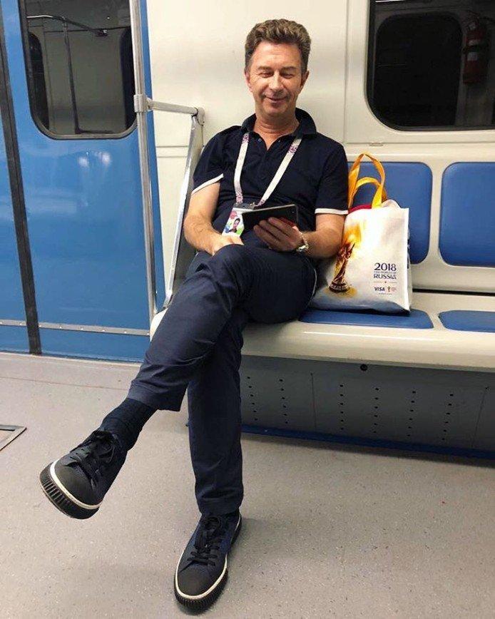 """""""Индивидуальный трансфер?"""": Валерий Сюткин удивил снимком в вагоне метро"""