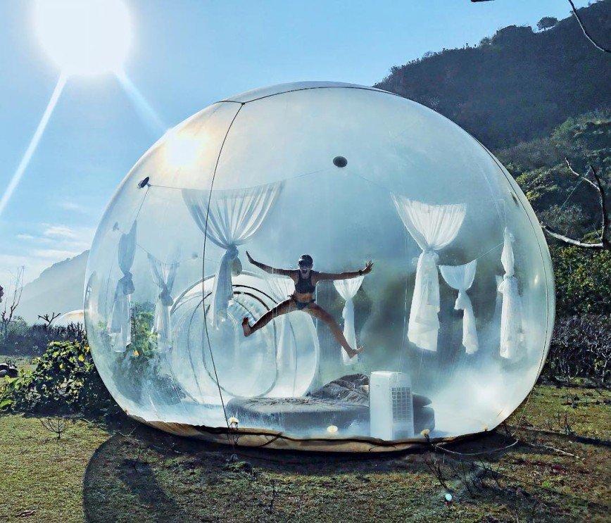 Без туалета, но с телескопом: Мария Горбань провела ночь на Бали в надувном доме