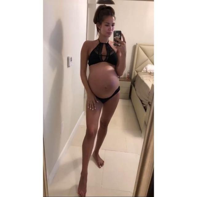 Беременная жена Александра Овечкина накануне родов показала фигуру в бикини