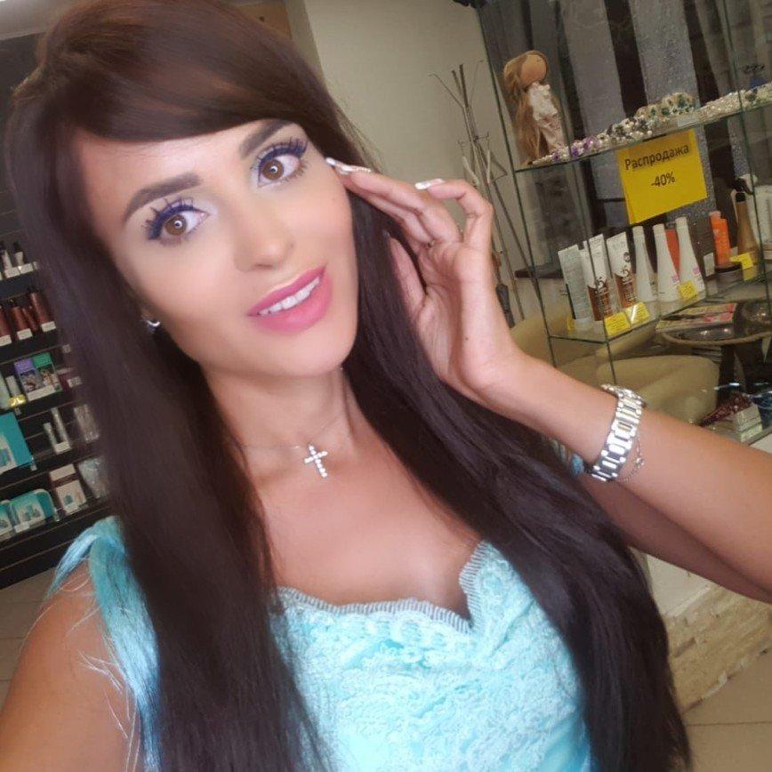 Каштановые волосы придали утонченность облику Анны Калашниковой