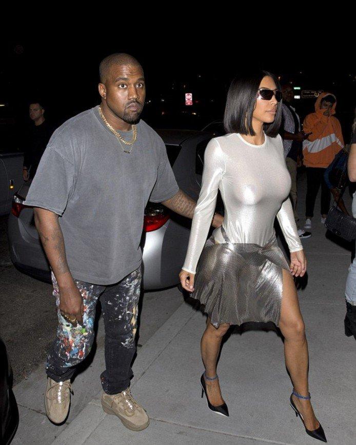 Новый выход Ким Кардашьян привлек внимание из-за странной блестящей юбки