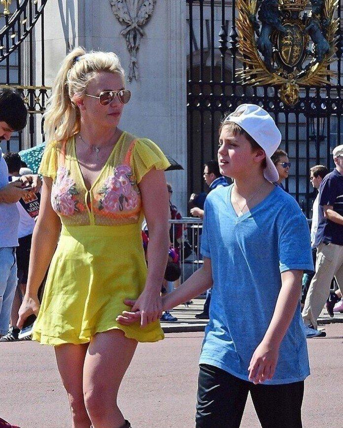Привет из 90-х: Бритни Спирс надела прозрачное мини-платье на прогулку с сыновьями