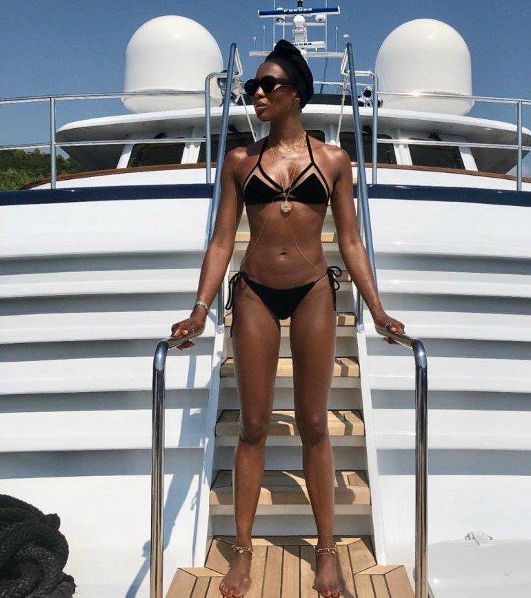 Наоми Кэмпбелл продемонстрировала идеальное тело в мини-бикини
