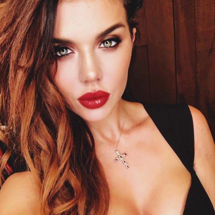 К косметологу или психологу: Анна Седокова рассказала, как борется с неуверенностью в себе