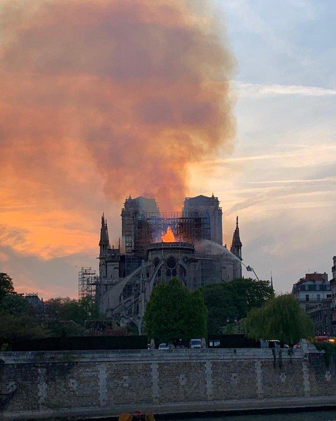 Слезы Франции: сильнейший пожар уничтожил Собор Парижской Богоматери