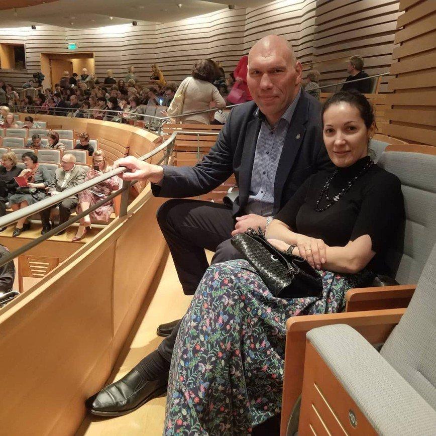 Великан и дюймовочка: Николай Валуев опубликовал забавное фото с миниатюрной женой